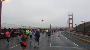 Das 2,7 km lange Wahrzeichen San Franciscos wird 2x überquert, hier im berühmten Morgennebel