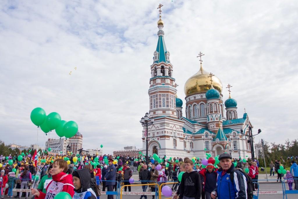 Die Mariä-Himmelfahrt-Kathedrale: eine Augenweide und Start/Ziel des Herbstmarathons in Omsk