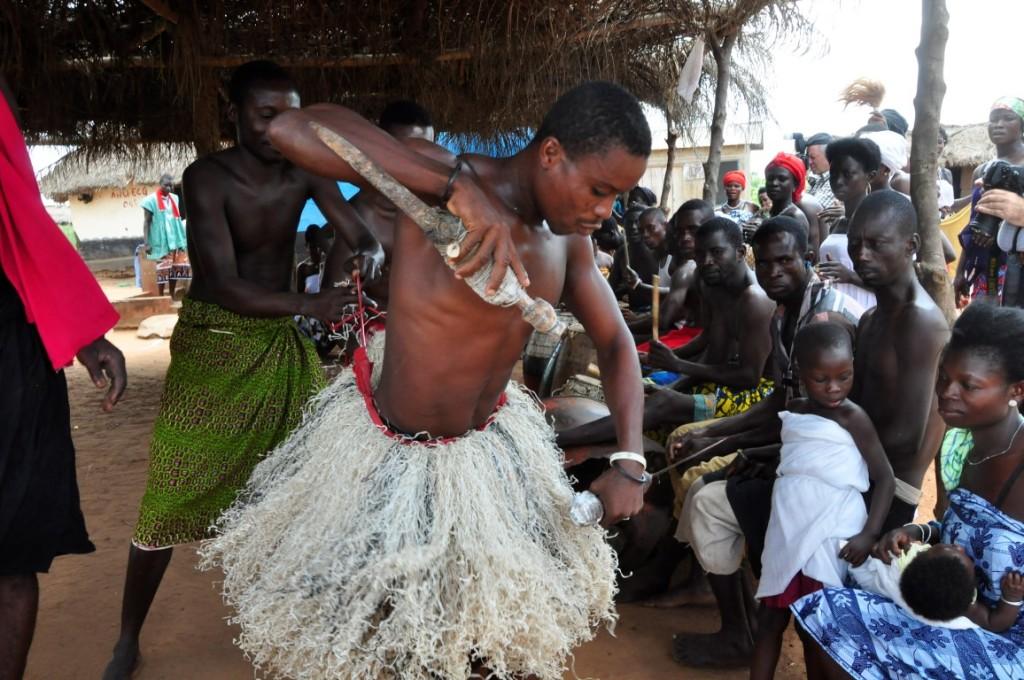 Erleben Sie die Kraft des Voodoo - bei einer Zeremonie in Benin.