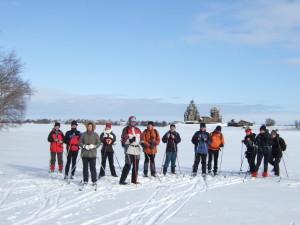 Reisegruppe auf dem Onega-See, vor den Holzkirchen der Insel Kischi