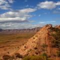 """West MacDonnell Ranges im Roten Zentrum, höchstes Wüstengebirge Australiens mit traumhaften Weitblicken und Heimat des Fernwanderwegs """"Larapinta Trail""""."""