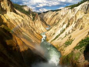 Brodelnde Geysire und reißende Wasserfälle erleben – im Yellowstone-Nationalpark!
