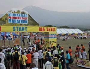 Start und Ziel mit Blick zum höchsten Berg Afrikas