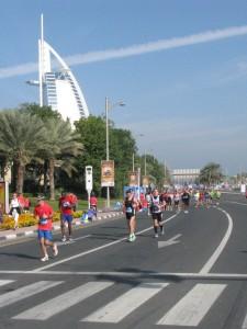 Die Marathonis bei km 31 am Hotel Burj El Arab