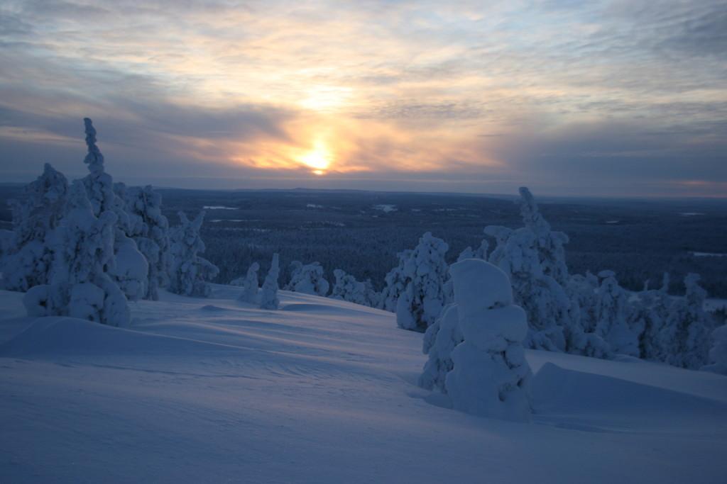 Januar in Finnland: Die Sonne traut sich nur kurz über den Horizont.