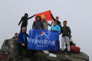 Endlich geschafft! Unsere Reisegäste erreichen glücklich und stolz den Gipfel des Fansipan!