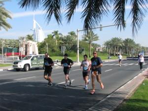 Die Läufer passieren viele Sehenswürdigkeiten, wie z.B. das Burj El Arab.
