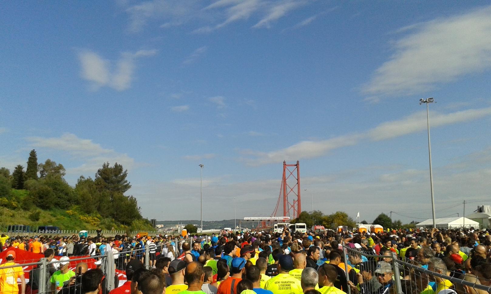 Über 30.000 Läufer auf der Ponte 25 de Abril …