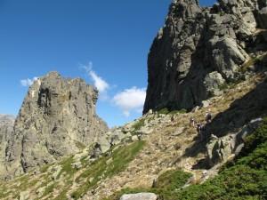 Wandern auf dem GR20 im korsischen Hochgebirge, hier in der Nähe der Bavella-Felstürme ...