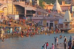 An den Ghats, den Treppen die zum Ganges führen, befreien sich Pilger mit einem Bad im Fluss von ihren Sünden