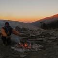 Beim abendlichen Feuer unterm indischen Sternenhimmel kann man den Lauten der Natur lauschen