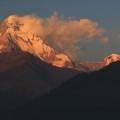 Annapurna South im ersten Licht der Sonnenstrahlen.