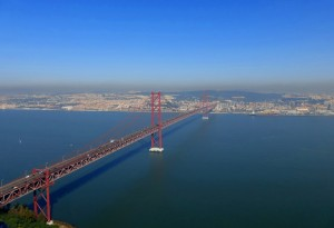 Ein Lauf u.a. auf der Ponte 25 de Avril, einer der höchsten und längsten Hängebrücken.