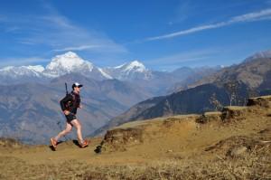 Januar 2016: Stefan vom schulz sportreisen-Team teste einen Teil derStercke läuferisch Im Hintergrund: Dhaulagiri (8167 m)