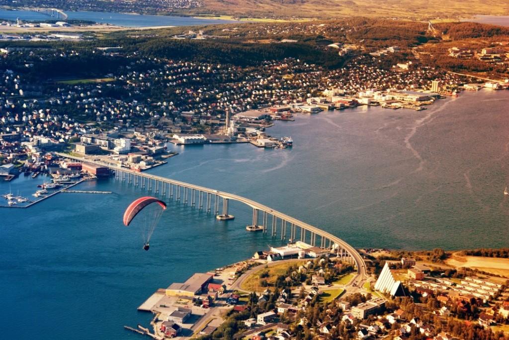Die Tromsø-Sund-Brücke: das Wahrzeichen der Stadt und eine der wesentlichen Erhebungen des Laufes....