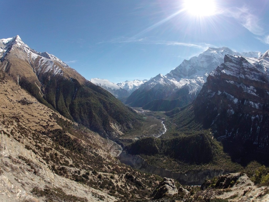 Blick in das Marsyangdi-Tal. Links im Bild: Der kleine Ort Ngwal (3660 m)