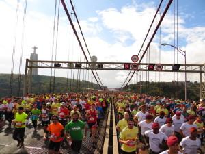 Genialer Auftakt! Die ersten 3 Kilometer führen über eines der Wahrzeichen Lissabons: die Ponte 25 de Abril