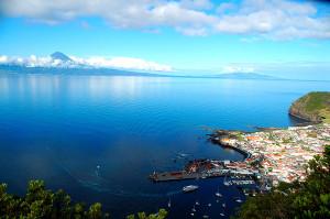 Blick zur Insel Pico mit ihrem gleichnamigen Vulkan