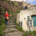 ...und vorbei an alten Häusern auf der zauberhaften Insel Alicudi.