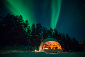 Glamping by night unter den Polarlichter