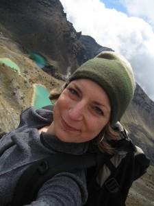 """Einige Zeit habe ich, Kathrin Wortmann, in Neuseeland gelebt. Hier sieht man mich bei einer Wanderung im Tongariro-Nationalpark auf der Nordinsel. Meine Wanderung über die Bergkette, die einer Mondlandschaft nahe kam, werde ich nie vergessen. Diese ist mit uns auf unserer Reise """"Kia Ora"""" zu erleben."""