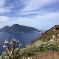 Blick auf Salina bei der Wanderung an Liparis Westküste.