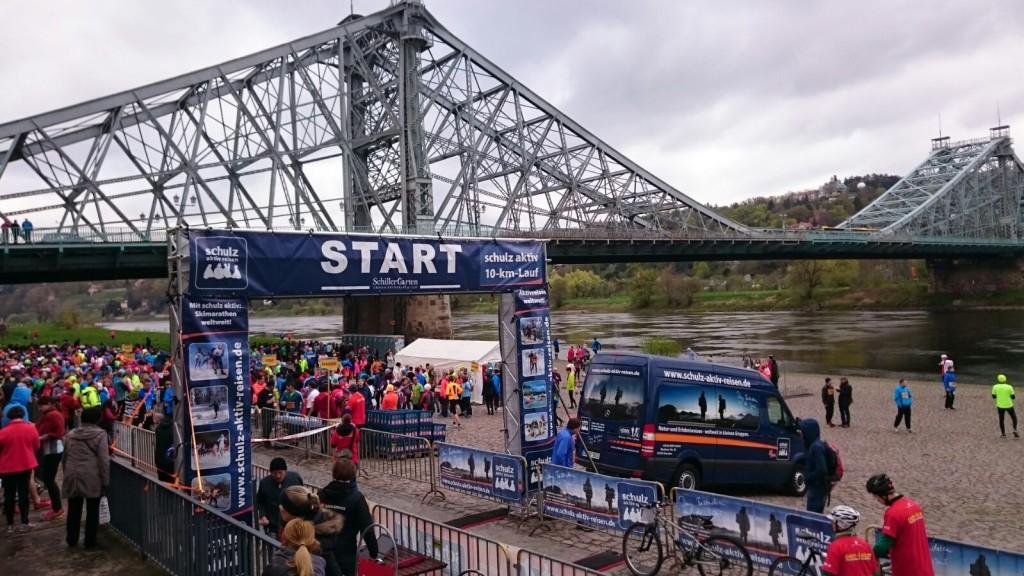 "Start des schulz aktiv-10-km-Laufes an der Brücke ""Blaues Wunder"""