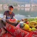 Sie besuchen die Händler am Morgen auf dem See