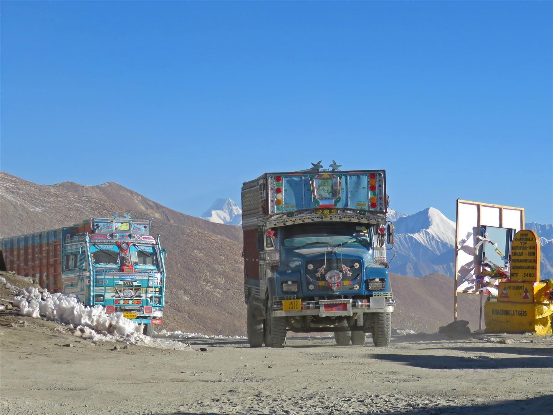 Typisch: bunte LKW auf dem Khardun La – dem höchsten befahrbaren Straßenpass der Welt (5359 m)