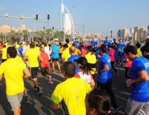 Bunt gemischt: Das Läuferfeld des Dubai-Marathon 2016