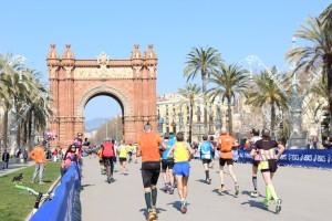 Barcelonas Triumphbogen, hier beim Marathon im März – beim Halbmarathon im Februar geht es ebenso hindurch, nur in umgekehrter Laufrichtung