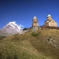 Die 2.170 m hoch gelegenen Gergeti Dreifaltigkeistkirche mit Blick auf den Kasbek