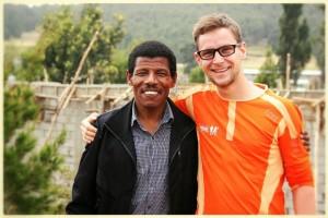 Läuferlegende Haile Gebrselassie mit Stefan Utke vom schulz sportreisen-Team in Sululta, Äthiopien