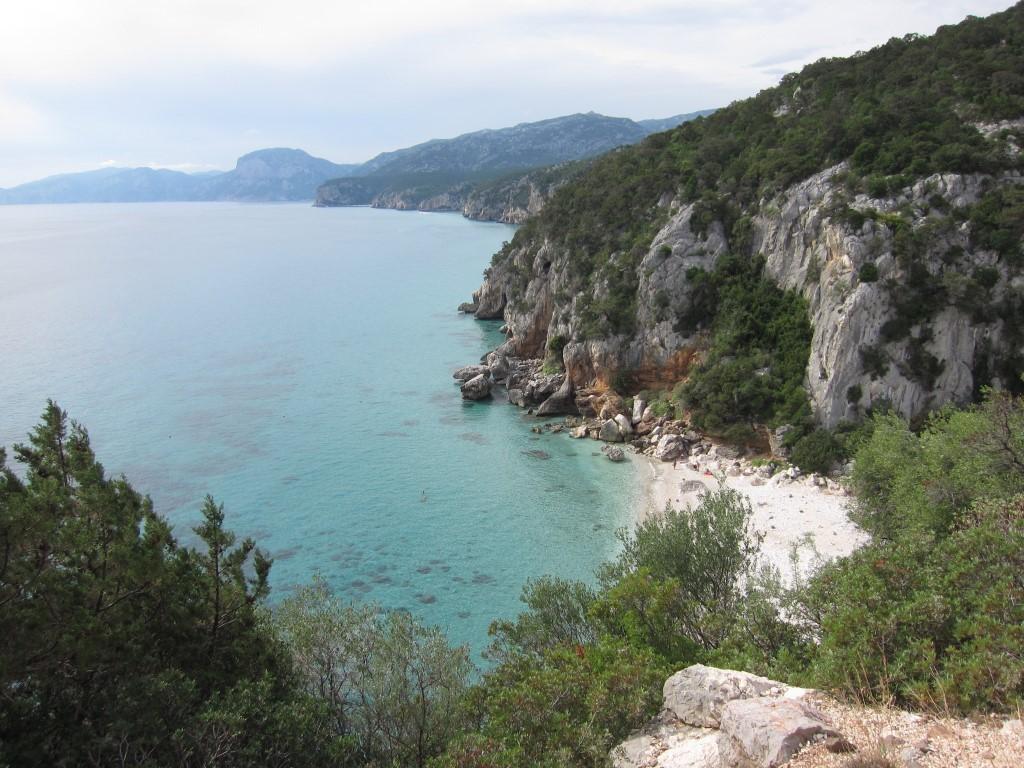 Malerische Buchte,n umrahmt von felsiger Steilküste - Sardinien lockt mit unberührten Bergregionen und Mittelmeerfeeling