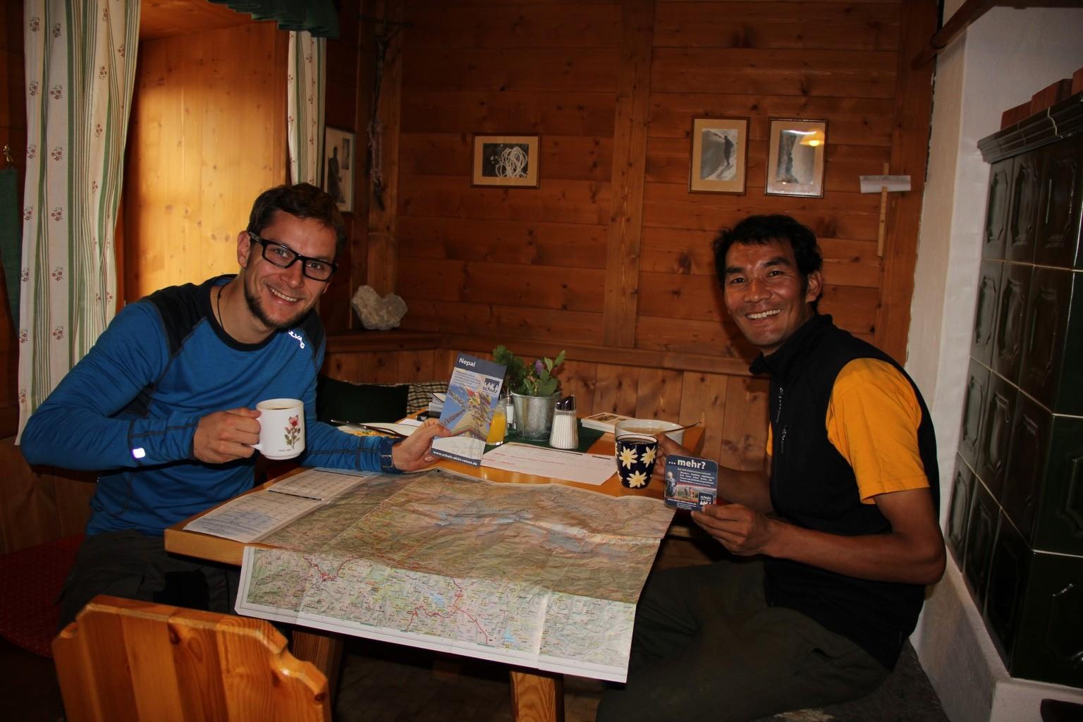 Reiseleiter Gelu Sherpa und ich (Stefan) v.r.n.l. bei unserer Besprechung in der Schmidt-Zabierow-Hütte