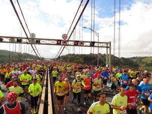 Über 30.000 Läufer passieren die Brücke, eines von Lissabons Wahrzeichen