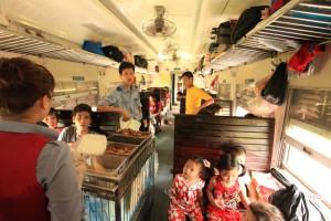 """Von Ninh Binh nach Hanoi (2h) geht es in der """"Holzklasse"""" - gemeinsam mit Einheimischen"""