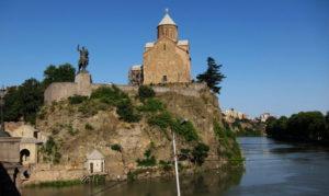 Die Metechi-Kirche in Tbilissi – direkt am Ufer der Kura im Zentrum der Stadt