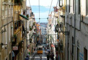 """Die über 100 Jahre alte Standseilbahn """"Elevador da Bica"""" verbindet die untere und obere Altstadt."""