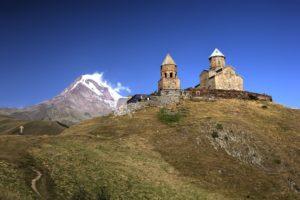 Die 2170 m hoch gelegene Dreifaltigkeitskirche mit Blick auf den Kasbek