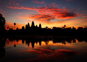 Stimmungsvoller Sonnenaufgang hintern den Tempeln von Angkor