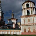 Irkutsk: hübsche Kirche mit Außenmalereien