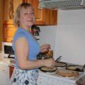 Irkutsk: Gastgeberin Galina beim Blinis-Backen