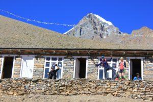 High Camp (4925 m), im Hintergrund der Gipfel des Yakwakang (6482 m)