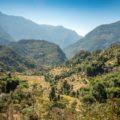 Start durch subtropische Wälder, vorbei an Reisterrassen und  durch urige Dörfer