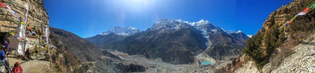 Ausblick von der Prakin Gompa (4000 Meter ü.d.M.) oberhalb von Manang, wo unsere Gruppe auf Wunsch von einer Nonne gesegnet wird