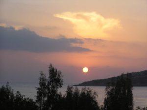 Traumhaft: die Sonne taucht ins Mittelmeer …