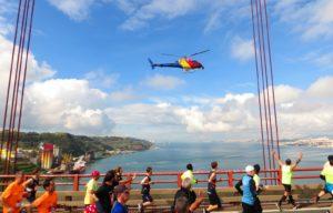 Sie laufen über die Ponte de 25 April – eine der längsten und höchsten Hängebrücken der Welt