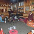 Jörn offeriert dem höchsten Lama des Tals Kaffee im eigenen Haus