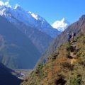 Auf schmalen Pfaden dem Flusslauf des Bhudi Gandaki folgend ...